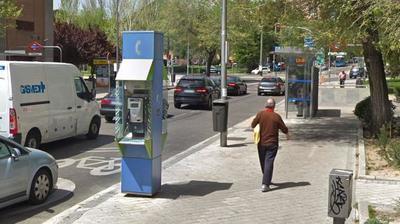 """El """"último"""" teléfono público que resiste a los celulares en Madrid"""