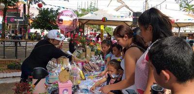Pequeños emprendedores organizan gran feria en plaza céntrica de Luque