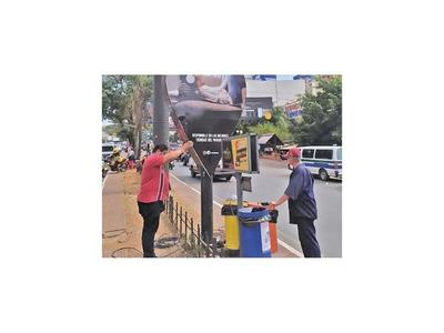 Municipalidad de CDE   retira carteles    publicitarios que no tienen permisos