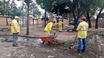 Comuna realiza limpieza de plazas tras desocupación de los damnificados