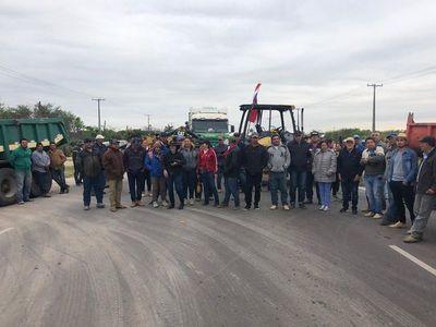 Caleros bloquearon acceso a Vallemí y exigen mejores precios de productos