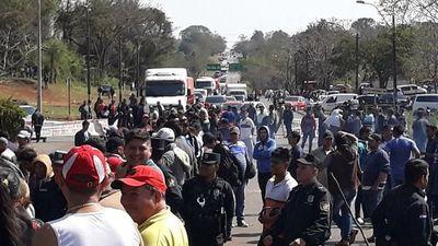 Desvíos para evitar el bloqueo de la ruta 2 en Coronel Oviedo