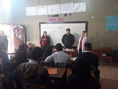 Funcionarios del Ministerio de Salud promocionan libreta del adolescente