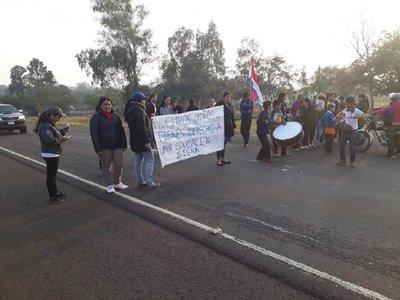 Padres cierran ruta 3 y exigen rubro docente en escuela de Yby Yaú