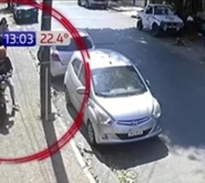 Hombre amenazó a motochorros y recuperó celular de víctima