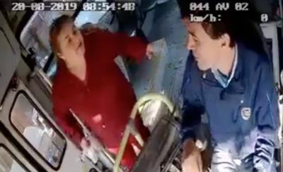 HOY / Furiosa pasajera agrede a chofer de ómnibus por no bajarle donde ella quería