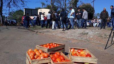 Tomateros siguen movilizados contra el contrabando en Coronel Oviedo y en Itá
