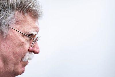 """EEUU discutió con funcionarios de Venezuela """"a espaldas de Maduro"""" su salida, dice Bolton"""