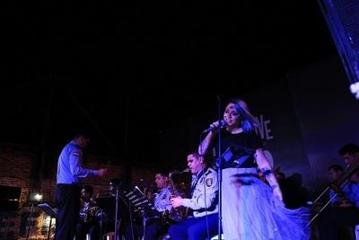 Andrea Valobra presenta show junto con la Jazz Band de la Policía
