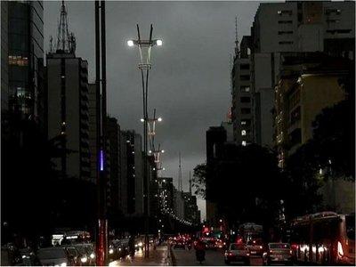 Sao Paulo oscurece a la tarde y fenómeno divide a especialistas