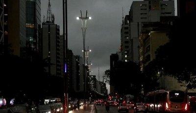 SAO PAULO OSCURECE A LAS TRES DE LA TARDE Y FENÓMENO DIVIDE A ESPECIALISTAS