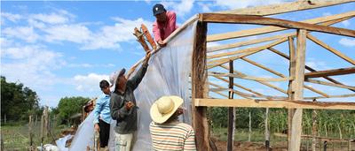 Firman convenio para reforzar programas de protección social