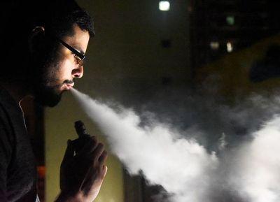 """La nueva moda: fumar y vapear """"a dos manos"""""""