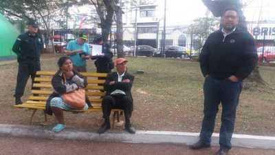 Denuncian abandono de pareja de ancianos en la Plaza Uruguaya