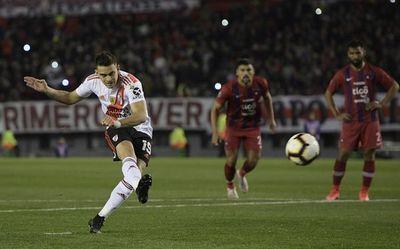 Dudosos penaltis dan aventaja a River Plate contra Cerro Porteño en cuartos de final