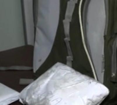 Cae hombre con un kilo de cocaína en su mochila