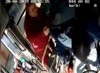 Entregan reconocimiento a chofer agredido por pasajera