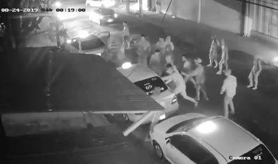 Barrabravas de Cerro atacan a jóvenes y roban a taxista