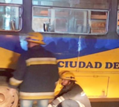 Choque frontal entre bus y camioneta deja un fallecido