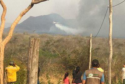 Bolivia combate con megaavión y Paraguay lucha con la buena voluntad de 16 bomberos