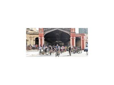 Siguieron  las vías del tren en bicicleta