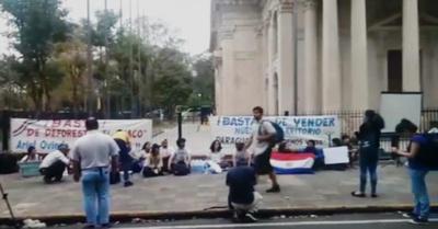 Preocupados por incendios, estudiantes se manifiestan frente al Panteón
