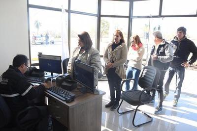 Paraguayos y argentinos cruzan frontera a través de la represa de Yacyretá