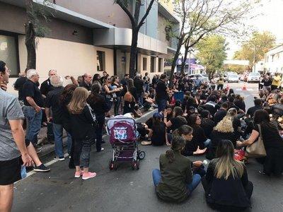 Familiares de Renato hacen sentata frente a sanatorio y exigen justicia