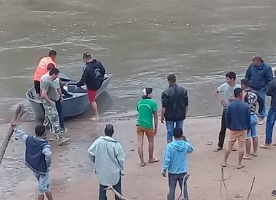 Niño va de pesca con su madre y cae al río