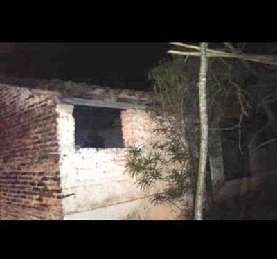HOY / Llamas consumieron antigua vivienda en Itauguá