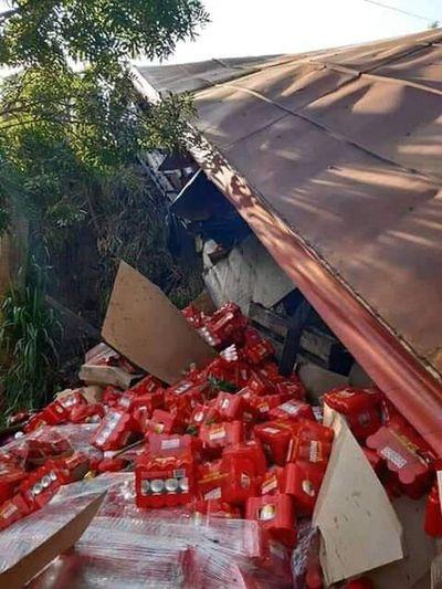 Miles de latas de cerveza caen de camión y vecinos no pierden oportunidad
