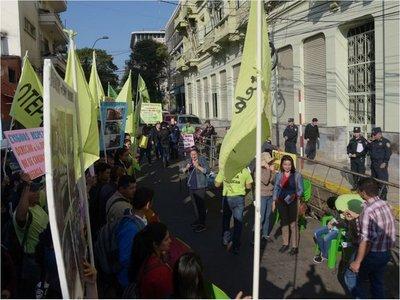 MEC exige informes sobre marcha de docentes y anuncia descuentos