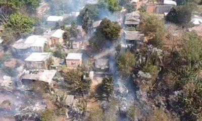 Incendio de pastizal alcanza viviendas en San Miguel