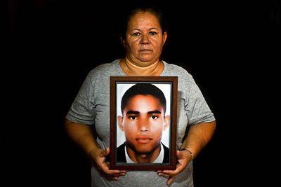 """""""Las buscadoras"""", las madres que reparten cartas sobre sus desaparecidos en  Colombia"""