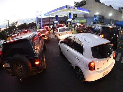 Vehículos hacen fila para comprar combustibles de Petropar en promoción