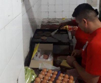 Obligados a cocinar para policías tras hurtar una caja de hamburguesas