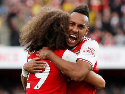 Aubameyang evita la caída del Arsenal en el derbi de Londres