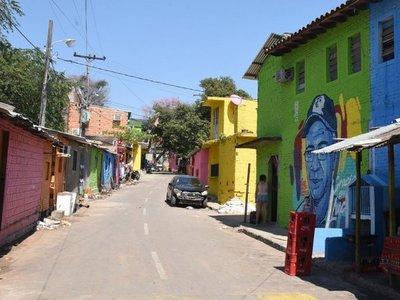 Con murales y vivos colores rescatan barrios populares