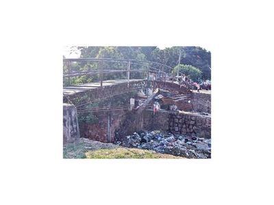 Puente roto y basura preocupan a vecinos