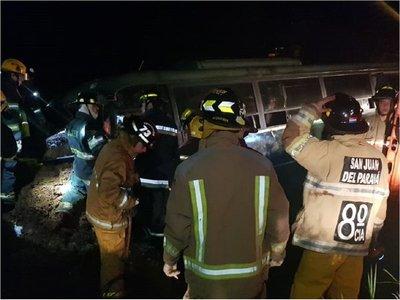 Ómnibus militar con 43 cadetes sufre accidente en Itapúa