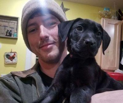 Adoptó a un perrito sordo y le enseñó lenguaje de señas para jugar con él