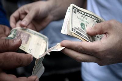 Vuelven las limitaciones a la compra de dólares en Argentina