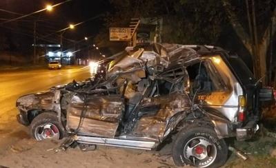 HOY / Cuádruple choque: conductor muere aplastado por tractocamión