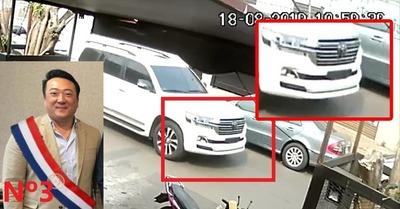 Prepotente empresario coreano circula en un vehículo sin chapa