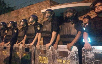 Policía refuerza custodia en casa de los Zacarías por escraches