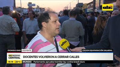 Docentes de la UNA cierran Mcal López