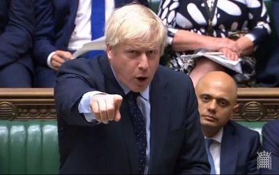 Boris Johnson, empujado contra las cuerdas por opositores a Brexit brutal