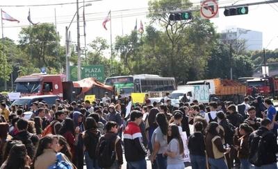 """HOY / Estudiantes cierran la Avda. Mariscal López: """"Ya agotamos las instancias"""""""