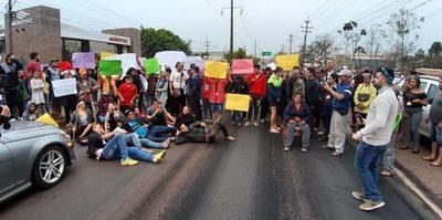 Invasores de expropiedad de Stroessner bloquean calle y ciudadanía pide sanciones
