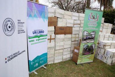 Bibliotecas públicas de Itapúa reciben donación de un importante lote de libros